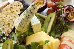 Frucht-und Käse-Mehrlagenplatte Stockfotos