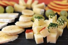 Frucht- und Käseservierplattennahaufnahme Lizenzfreie Stockbilder