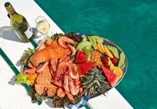 Frucht- und Meerestiermehrlagenplatte mit Wein Stockfotografie
