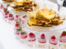 Frucht- und Nachtischbuffet Stockfotos