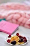 Frucht und Plätzchen auf einer Platte Stockfotografie