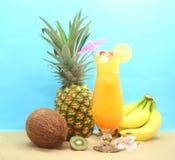 Frucht und tropisches Getränk Stockfoto