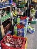 Frucht und Veg-Anzeigen-Obst-und Gemüsehändler Kreta Griechenland Lizenzfreie Stockbilder