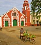 Frucht-Verkäufer, Kirche, Mompos, Kolumbien lizenzfreies stockbild
