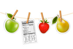 Fruchtaufkleber und eine Nährwertkennzeichnung, die an einem Seil hängt. Lizenzfreies Stockbild