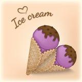 Fruchtbeeren-Eiscreme mit Schokoladenbelag in den Kegeln einer Waffel Köstliche Eiscreme mit Schokolade besprüht Lizenzfreie Stockfotografie