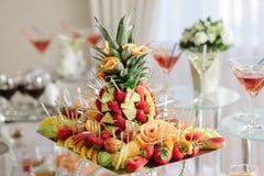 Fruchtbehälter auf der Hochzeitstafel Stockfotografie
