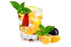 Fruchtcocktail in einem Glas mit Pflaumen Stockbild