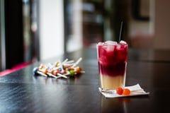 Fruchtcocktail-Kirschbanane mit Lutschern Stockfotografie