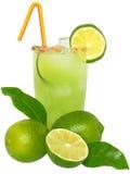 Fruchtcocktail mit Kalk- und Eiswürfeln in einem Glas verziert mit Lizenzfreie Stockfotografie