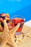 Fruchtcocktail mit Trauben, Brombeeren und Starfish Stockbilder