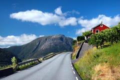 Fruchtgärten und Küstenstraße entlang dem Hardanger-Fjord, Norwegen lizenzfreie stockbilder
