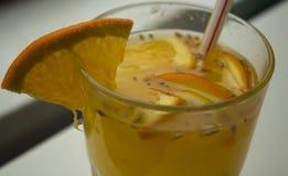 Fruchtgetränk auf dem Tisch stockfotografie