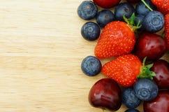 Fruchtgrenze auf hölzernem Hintergrund stockbilder