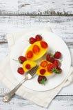 Fruchtiger Kuchen mit Gelee und Erdbeeren Stockfotos