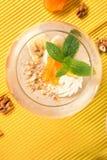 Fruchtiger Smoothie im Nachtischglas auf einem gelben Hintergrund Cocktails mit getrockneten Aprikosen, Eiscreme und Bananen, Dra Lizenzfreies Stockfoto