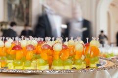 Fruchtimbiß auf einem Tellersegment. Stockfotos