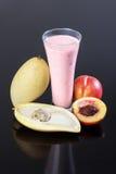 Fruchtjoghurt, Avocado, Mango, auf einem Schwarzen reflektierend lizenzfreie stockbilder
