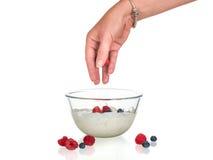 Fruchtjoghurt lokalisiert Lizenzfreie Stockbilder