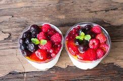 Fruchtjoghurt-Mischungsbeere auf einem alten hölzernen Hintergrund stockfoto