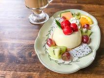 Fruchtkäsekuchen und -kaffee lizenzfreie stockfotos
