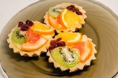 Fruchtkleine kuchen lizenzfreie stockbilder