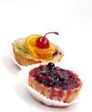 Fruchtkleiner kuchen mit Kirsche Stockbild
