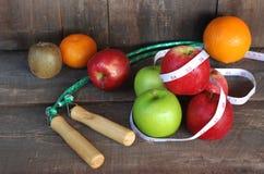 Fruchtkonzeptdiät auf einem Bretterboden Stockfotografie