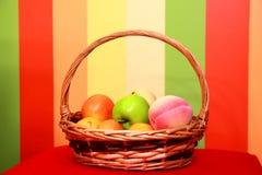 Fruchtkorb auf einem Hintergrund Stockbilder