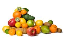 Fruchtkorb getrennt auf Weiß stockfotos