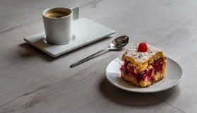 Fruchtkuchen mit einer Schale Espressokaffee Stockfoto