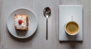 Fruchtkuchen mit einer Schale Espressokaffee Stockbilder