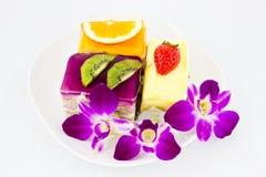 Fruchtkuchen mit siamesischer Orchidee Lizenzfreie Stockfotos