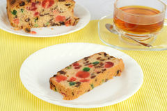 Fruchtkuchen mit Tee Lizenzfreie Stockfotos