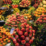 Fruchtmarkt in Barcelona Stockbild