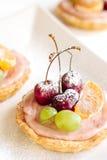 Fruchtminitörtchen mit Kirsche Stockfotos