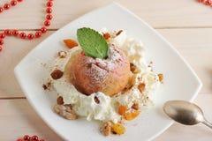 Fruchtnachtisch - Bratapfel mit Puderzucker auf Platte lizenzfreies stockfoto