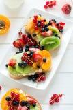 Fruchtnachtischsandwiche mit Ricottakäse, Kiwi, Aprikose, Erdbeere, Blaubeere und roter Johannisbeere Lizenzfreies Stockfoto