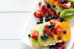 Fruchtnachtischsandwiche mit Ricottakäse, Kiwi, Aprikose, Erdbeere, Blaubeere und roter Johannisbeere Stockfotos