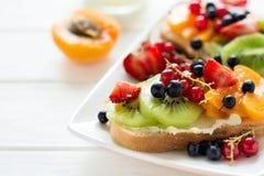 Fruchtnachtischsandwiche mit Ricottakäse, Kiwi, Aprikose, Erdbeere, Blaubeere und roter Johannisbeere Lizenzfreie Stockfotografie