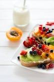 Fruchtnachtischsandwiche mit Ricottakäse, Kiwi, Aprikose, Erdbeere, Blaubeere und roter Johannisbeere Stockfotografie