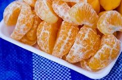 Fruchtorange auf weißem Behälter Stockfotos