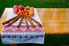 Fruchtpaste von ?pfeln, Birnen, Pfirsiche, Pflaumen K?stlicher Nachtisch des gro?z?gigen Sommers lizenzfreie stockbilder