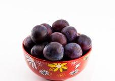 Fruchtpflaume auf einer Platte auf einem weißen Hintergrund lokalisierte Nahaufnahme stockfoto