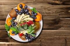 Fruchtplatte auf dem Tisch Lizenzfreies Stockbild
