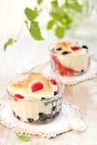 Fruchtpudding (clafoutis) mit Beere Stockfoto