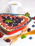 Fruchtpudding mit Beeren Lizenzfreie Stockfotografie