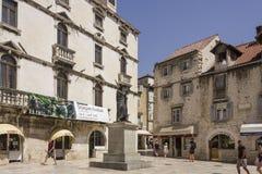 Fruchtquadrat und sein altes Gebäude in der Spalte Stockfoto