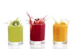 Fruchtsaft in den Gläsern, Kiwi, Korinthen, orange lizenzfreie stockbilder