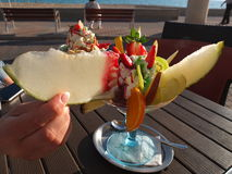 Fruchtsalat mit Eiscreme Stockfoto